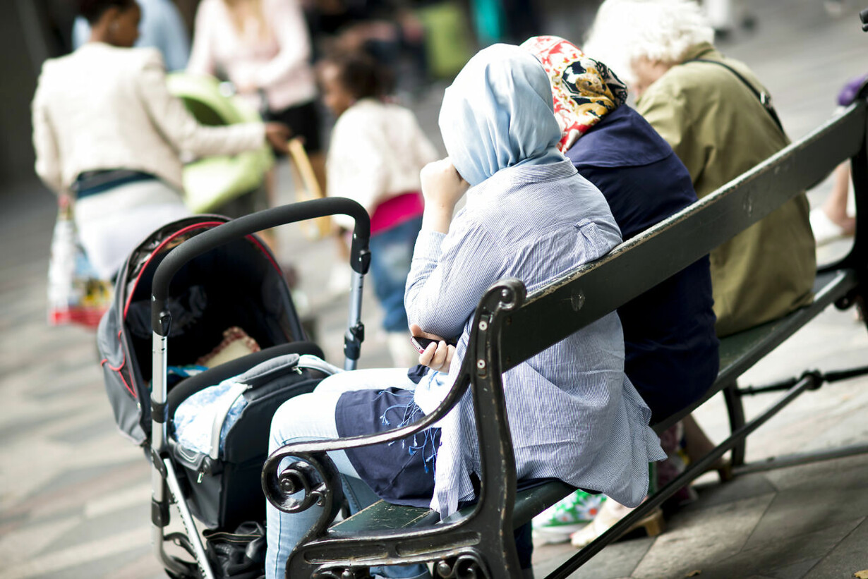 barnevogn Muslimsk mor med barnevogn på Strøget.