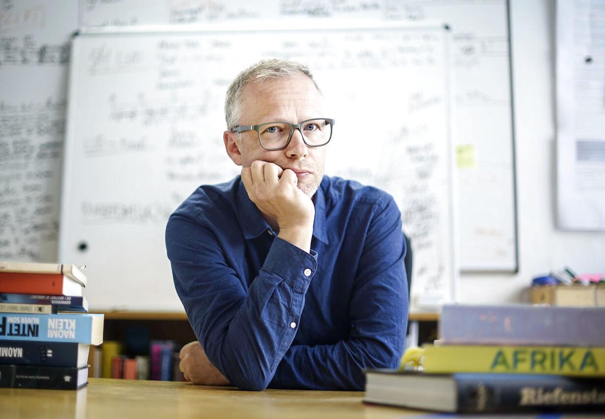Teaterinstruktør Tue Biering har svært ved at tale om sociale klasser. Derfor insisterer han på, at vi gør det