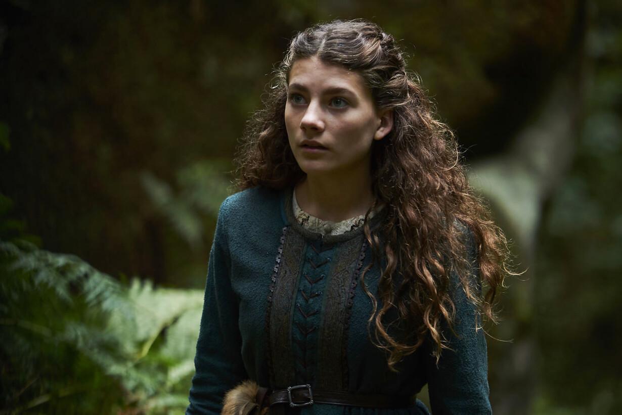 Dina (Rebecca Emilie Sattrup) må lære mørkets kræfter at kende for at redde sin bror og Nicodemus, den rette fyrste af landet.
