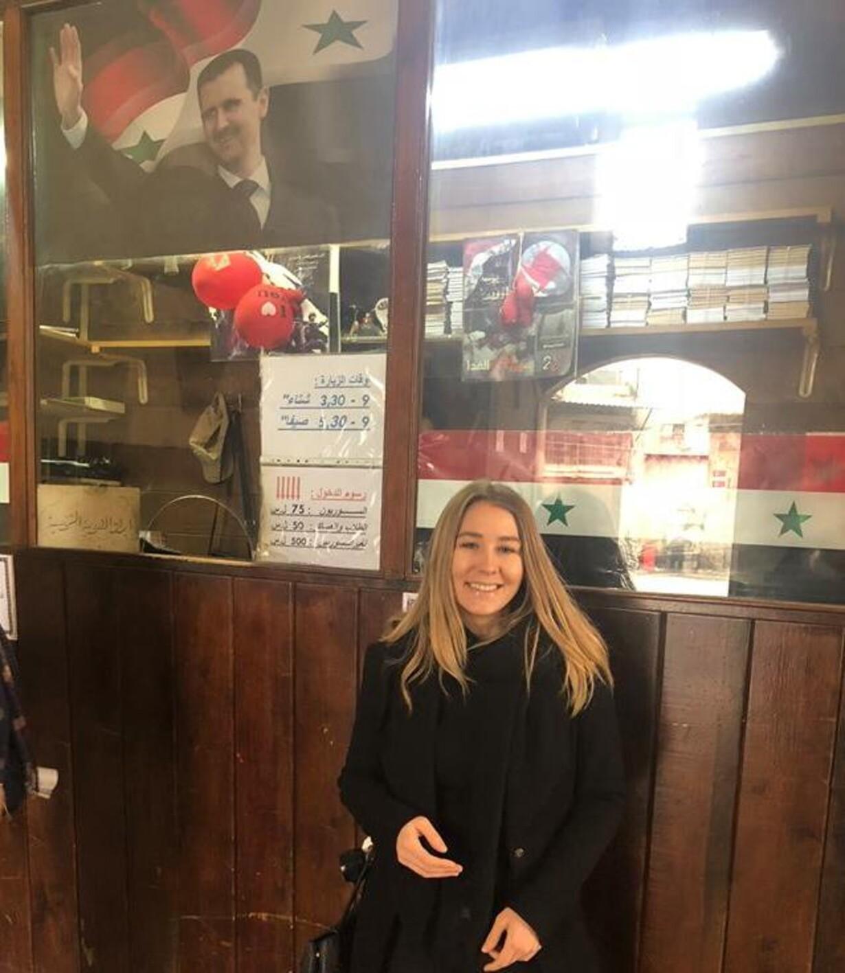Marie og plakat