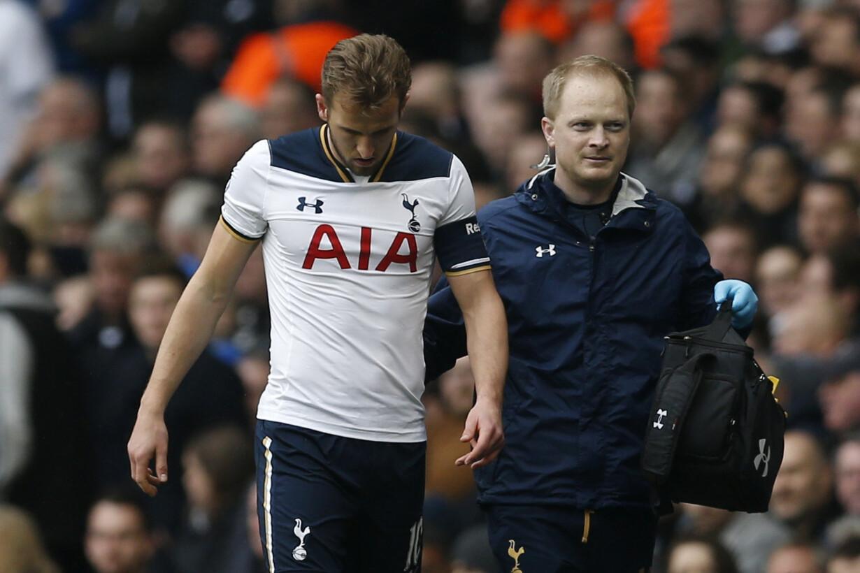 Tottenham''s Harry Kane goes o