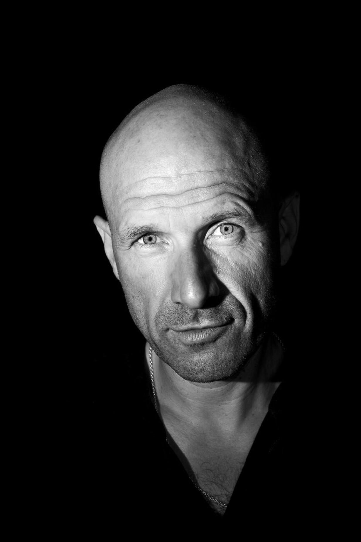 Den 49-årige studievært, debattør og Syrien-kender Adam Holm har anmeldt spillefilmen »I Syrien«.