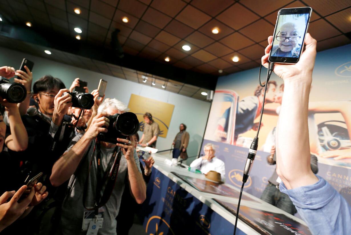"""Fransk films Gudfar, Jean-Luc Godard, afholdt pressemøde via Facetime. Her fortalte han om sin nyeste film """"Le Livre D'Images"""""""
