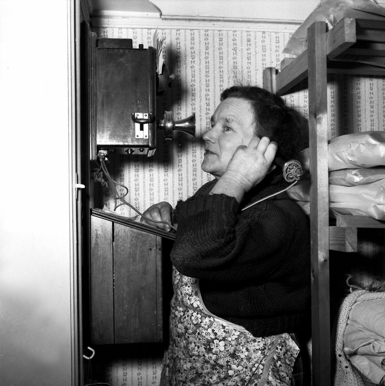 Er der forbindelse til centralen? Kvinde taler i telefon. 1945