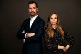 Jakob Steen Olsen sammen med Pernille Dreyer. Værter på Podcasten »1257 Amalienbor«.