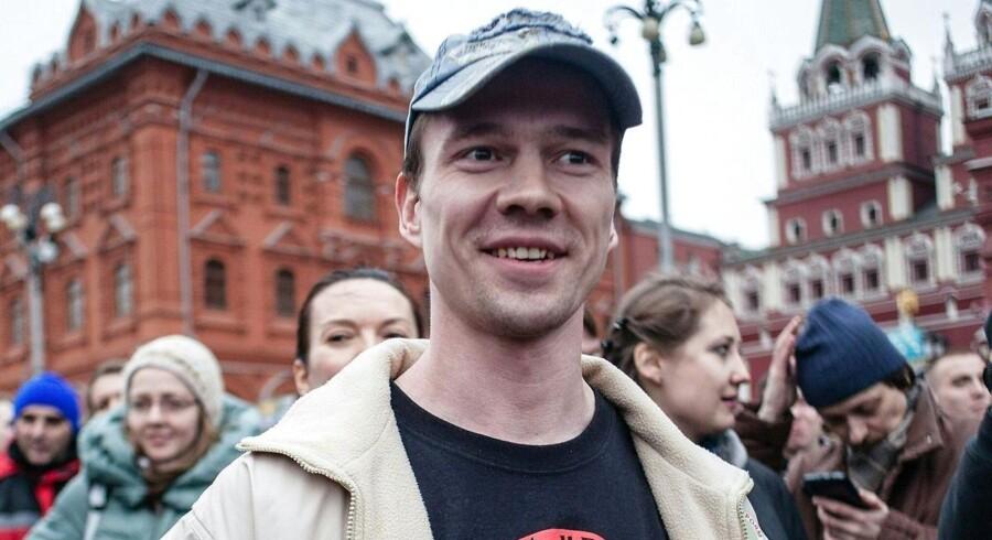 Den 34-årige, russiske oppositionsaktivist Ildar Dadin var den første, der blev idømt fængselsstraf ifølge en ny lov om deltagelse i demonstrationer, der ikke er godkendt af de russiske myndigheder. Han afsoner nu dommen på 2,5 års fængsel, men siden i slutningen af november har myndighederne nægtet at oplyse, hvor han befinder sig. Her ses han under en demonstration i 2014. Foto: AFP/ PHILIPP KIREEV