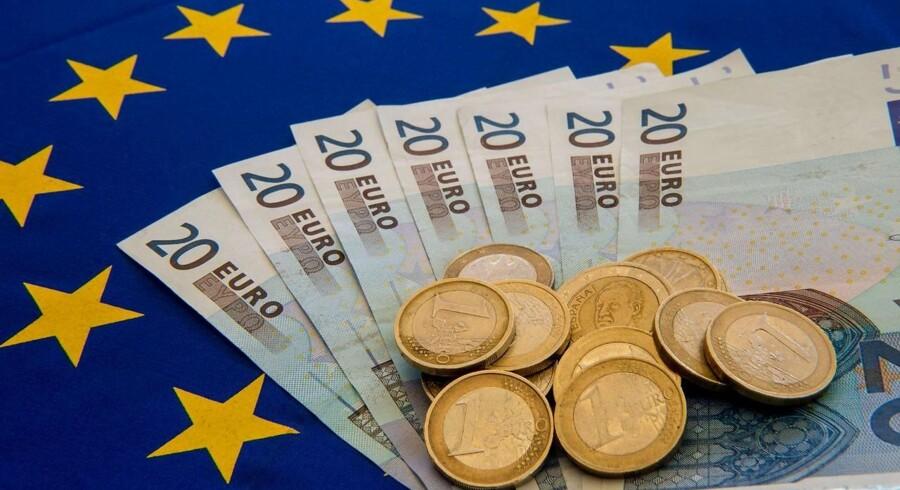 Uroen på den iberiske halvø, hvor Catalonien vil løsrive sig fra resten af Spanien, svækker den fælleseuropæiske valuta, euro. Omvendt styrkes den amerikanske dollar på spekulationer om, hvem der skal være den næste chef for den amerikanske centralbank.