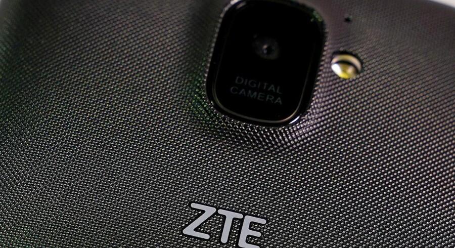 Kinas næststørste mobilproducent, ZTE, er kommet i klemme efter ulovlig handel med bl.a. Iran. Syv års amerikansk forbud skal ophæves ved en stor udskiftning i ledelsen. Arkivfoto: Carlo Allegri, Reuters/Scanpix