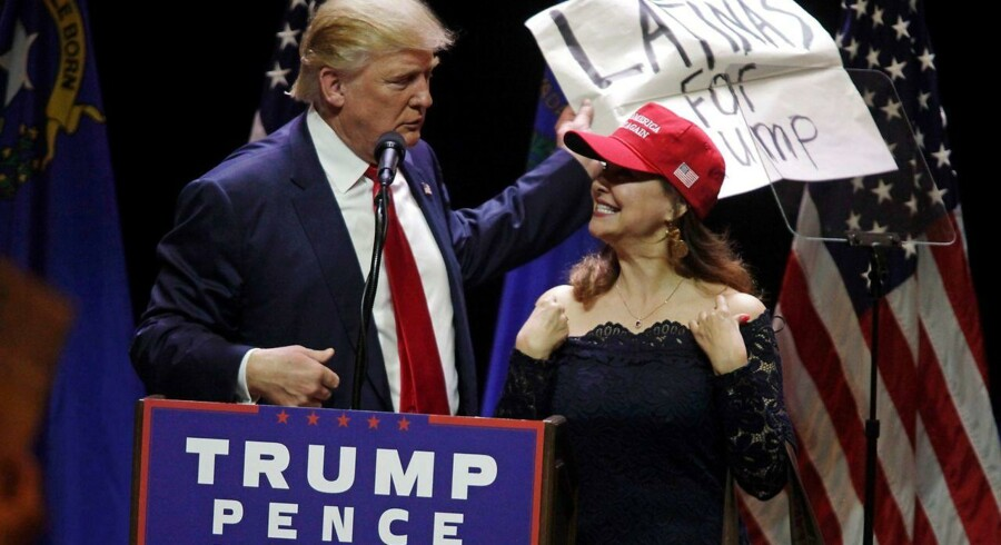 En kvindelig latino taler for Donald Trump under valgkampen. Målinger viser, at overraskende mange kvinder og latinoer satte kryds ved Donald Trumps navn ved det amerikanske præsidentvalg.
