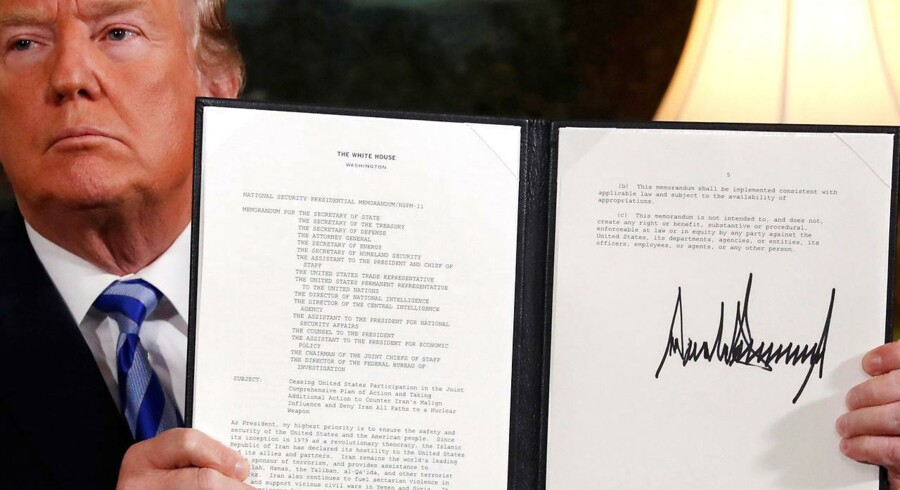 Donald Trump fremviser sin underskrevne deklaration af, at USA vil forlade atomaftalen med Iran.