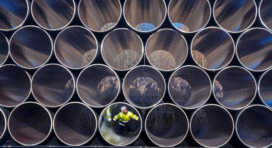 Rør til konstruktionen af den 1.200 kilometer lange Nord Stream 2-gasledning gennem Østersøen undersøges i tyske Sassnitz-Mukran, der er en af fire havne, der skal bruges til konstruktionen, som ventes at gå i gang i efteråret 2017, hvis alle miljøgodkendelser, inklusiv den danske kommer på plads. Nord Stream 2 kommer til at bestå af to parallelle rør, der skal følge linjeføringen for Nord Stream 1, og får ligeledes en kapacitet på 55 milliarder kubikmeter årligt. EPA/JENS BUETTNER