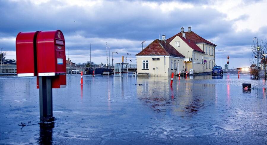 Dagen efter Danmark blev ramt af stormflod og oversvømmelser, stod vandet stadigvæk højt mange steder. Bus-holdepladsen i Stege var stadig oversvømmet torsdag morgen.