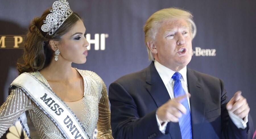 Trump afviser alle anklager om russiske prostituerede i sin hotelsuite i forbindelse med Miss Universe i Moskva i 2013, og han benægter, at russerne har en klemme på ham. En ven bekræfter nu, at russerne faktisk forsøgte at sende prostituerede op til den senere præsident, der her ses i selskab med skønhedskonkurrencens venezuelanske vinder, Gabriela Isler på finaledagen.