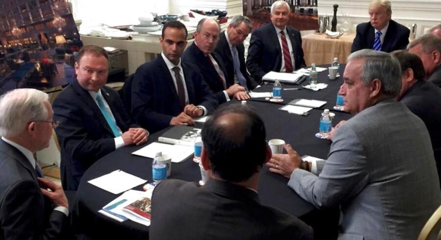 George Papadopoulos (nummer tre fra venstre) på et billede offentliggjort på Donald Trumps sociale medieplatforme. Ifølge Trump er billedet taget ved et nationalt sikkerhedsmøde under hans præsidentkampagne.