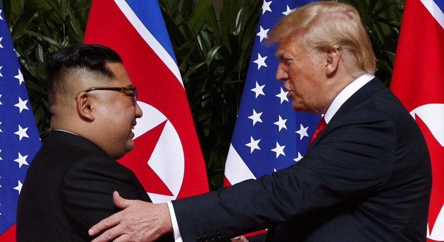 Præsident Trump møder Nord Koreas leder Kim Jong-un på Sentosa Øen, tirsdag den 12. juni 2018, i Singapore. (AP Photo/Evan Vucci)