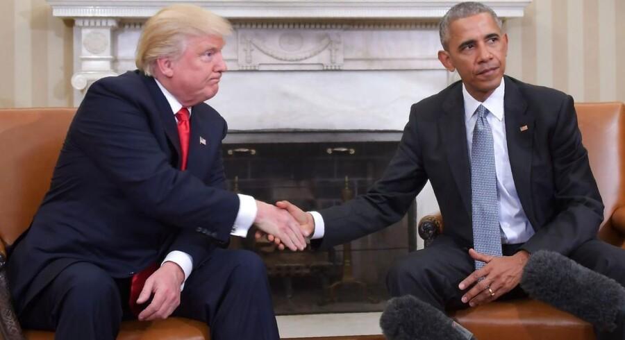 Præsident Barack Obama trykkede hånd med sin efterfølger, Donald Trump, i Det Ovale Værelse to dage efter præsidentvalget i november 2016. I dag er Obama ude med den store krabask, efter at Trump tirsdag trak USA ud af Iranaftalen. AFP PHOTO / JIM WATSON