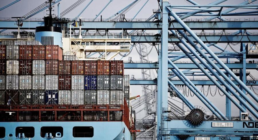 Danske rederier frygter en global recession. På arkivbilledet, APM terminals losser containere fra et Mærsk skib på havnen i Rotterdam.