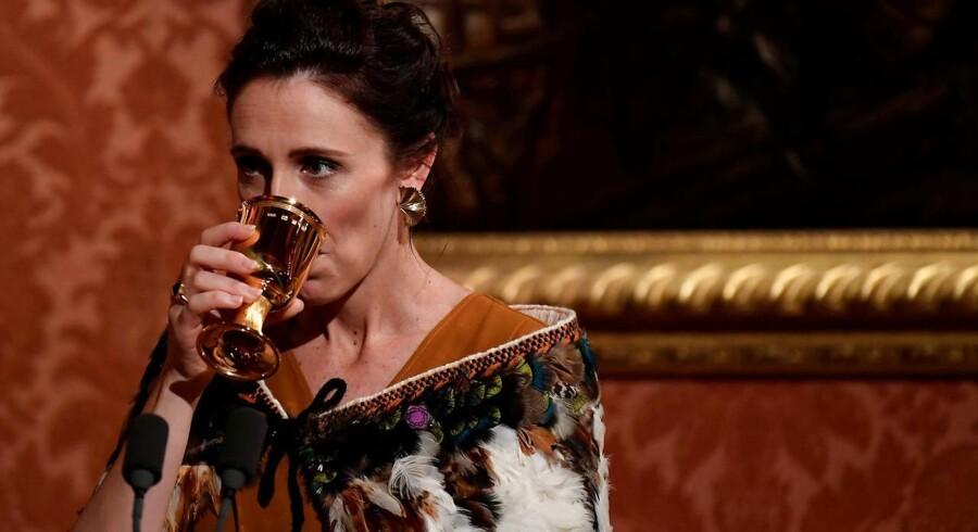 New Zealands premierminister vakte opsigt i Buckingham Palace, da hun mødte frem iført en traditionel kappe fra New Zealands oprindelige befolkning. Foto: Toby Melville/Reuters