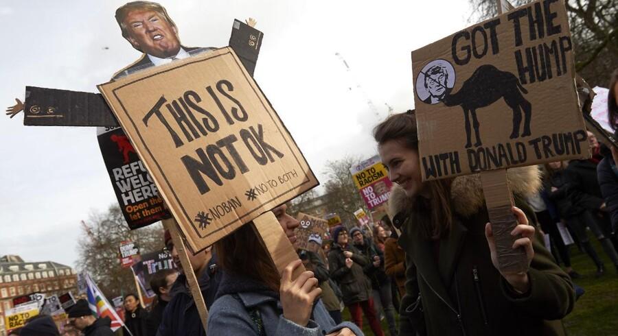 Masseprotester venter præsident Trump, når han fra i dag kommer på sit første officielle besøg i Storbritannien. Her fra en tidligere demonstration mod præsidenten uden for den amerikanske ambassade i London 4. februar sidste år.
