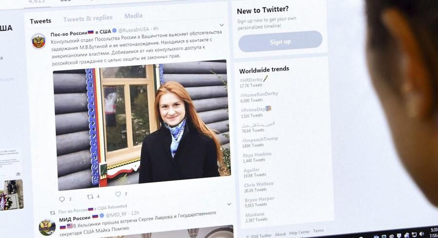 Mistanken går på, at den 29-årige russer Maria Butina fra 2015 til 2017 arbejdede for »en højt placeret embedsmand i den russiske regering«, og at hun i sit arbejde forsøgte at infiltrere våbenlobbyen i USA for ad den vej at få indflydelse på amerikansk politik.