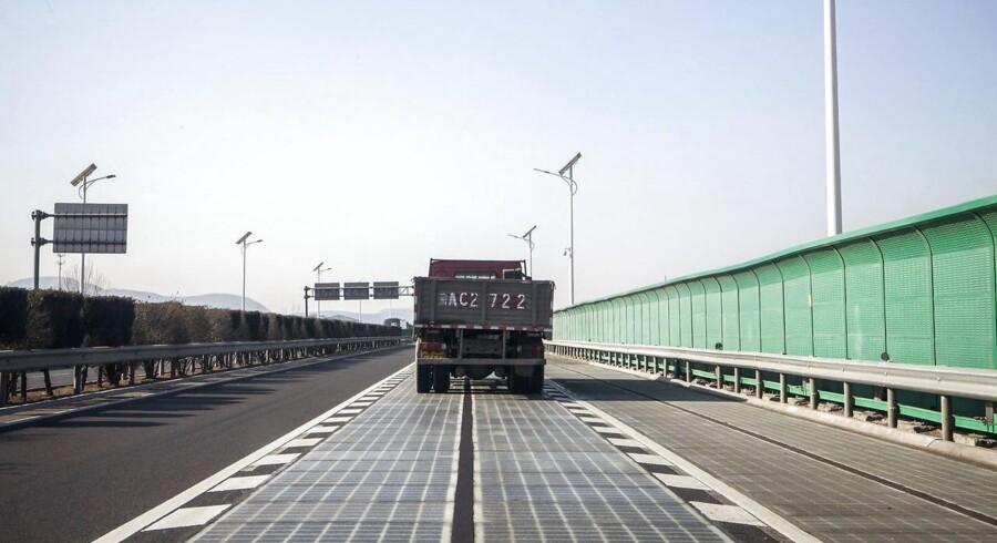 En lastbil kører på en solscellevej i Jinan i Kina. Foto: Giulia Marchi/The New York Times