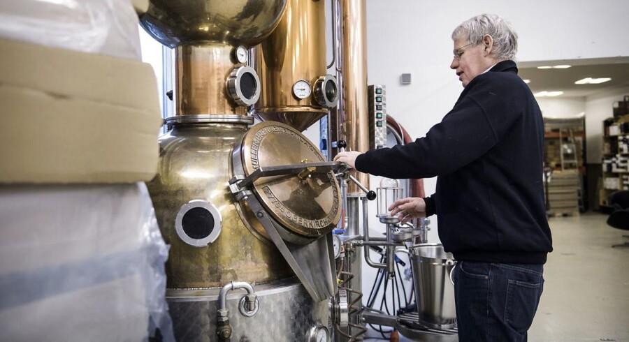Hver flaske Elg Gin fra Stone Grange Craft Distillery er nummereret og signeret. Her grundlægger Henrik Irgang Elsner.