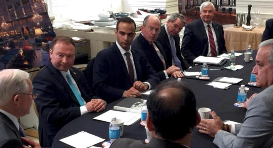 George Papadopoulos (i midten), udenrigspolitisk rådgiver for Trump-kampagnen, erkendte sig 5. oktober skyldig i at have forsøgt at skjule sin kontakt med en professor, der havde forbindelse til Moskva.