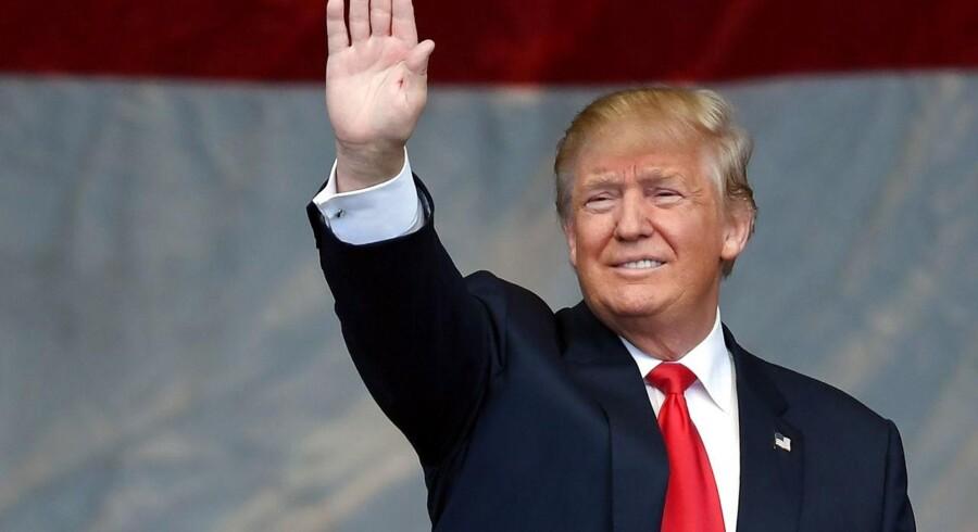 Donald Trump er ikke en medrivende taler. Han tager ikke tilhørerne om struben, løsner og strammer grebet, tager vejret fra dem og giver dem det tilbage og får dem til at skrige efter mere.