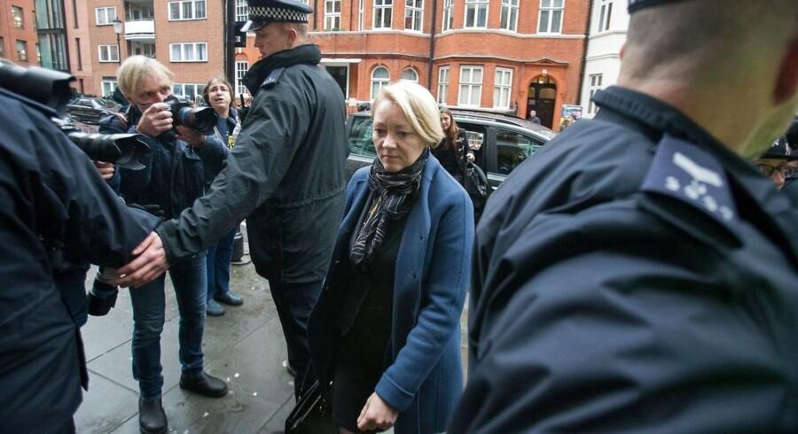 Den svenske chefanklager, Ingrid Isgren, ankom tirsdag formiddag til Ecuadors ambassade i London for at deltage i endnu en afhøring af WikiLeaks-stifteren, Julian Assange, oplyser Reuters.