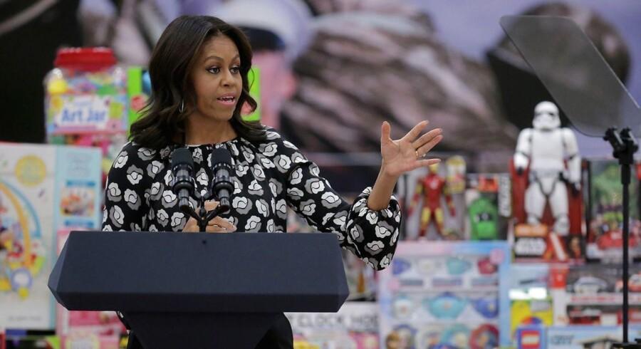 Her er Michele Obama, som vi kender hende fra præsidenttiden - med hår, som er klemt, presset og strukket.