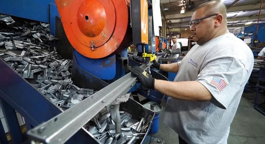 Jobrapporten viste en vækst på uventet lave 164.000 nye arbejdspladser i april mod en ventet fremgang på 193.000 samt en arbejdsløshed på 3,9 pct.