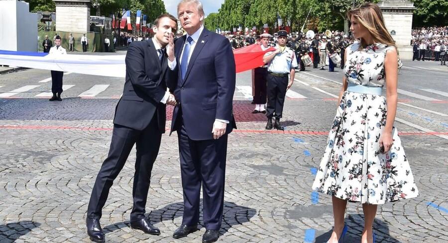 Den franske præsident, Emmanuel Macron, sammen med Donald og Melania Trump under militærparaden på den franske Bastilledag.