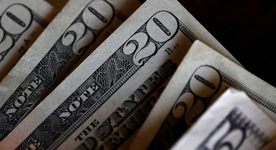 Den amerikanske dollar bliver svækket en anelse mandag trods udsigt til markante skattelettelser i USA, der ellers på papiret burde være understøttende for en højere økonomisk vækst og en stærkere dollar.