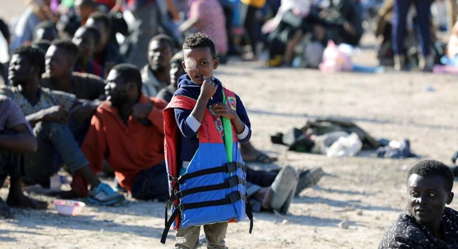 Mange af de især afrikanske migranter og flygtninge i Libyen er stuvet sammen i uhumske detentionslejre. Her er det i kystbyen Sabratha i oktober.