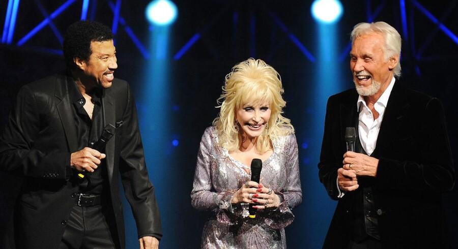 Kenny Rogers (th) sammen med Dolly Parton og Lionel Richie ved en koncert i 2010.