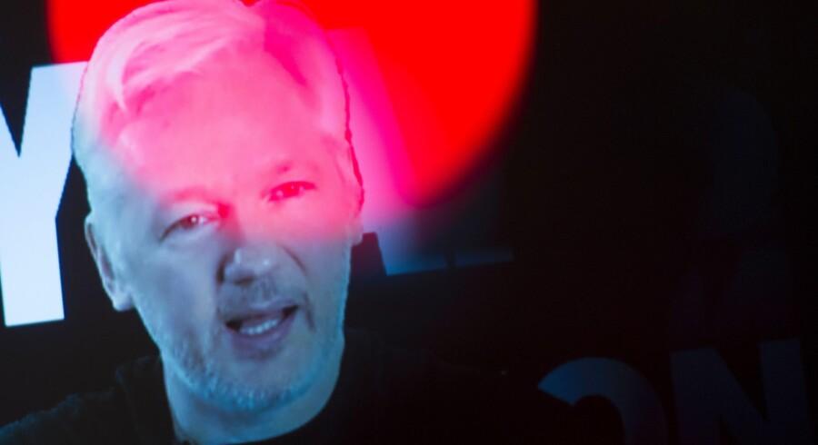 Efter at en britisk domstol i 2011 besluttede, at Julian Assange skulle udleveres til Sverige, søgte han tilflugt på Ecuadors ambassade i London. Her har han opholdt sig siden juni 2012. Scanpix/Steffi Loos