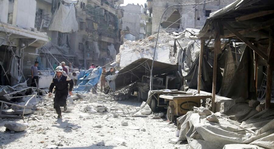 Mindst syv mennesker blev dræbt under nye luftangreb og artilleribeskydninger mod oprørskontrollerede dele af den syriske storby Aleppo onsdag, oplyser overvågningsgruppen Det Syriske Observatorium for Menneskerettigheder.
