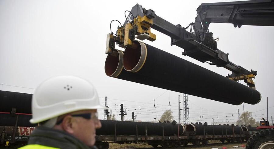 Rørene til gasledningen Nord Stream 2, der skal føre enorme mængder gas fra Rusland til Tyskland gennem Østersøen tæt forbi Bornholm, er allerede i gang med at blive produceret og leveret. Her ses leverancer på den tyske ø Rügen. HANDOUT-FOTO d. 24. marts 2017.