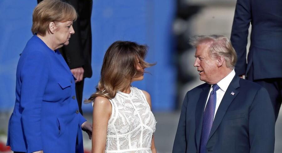 Merkel passerer Melania og Donald Trump.