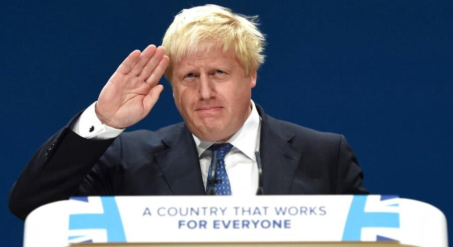Udenrigsminister Boris Johnson forlader den britiske regering og har dermed udløst en politisk krise.