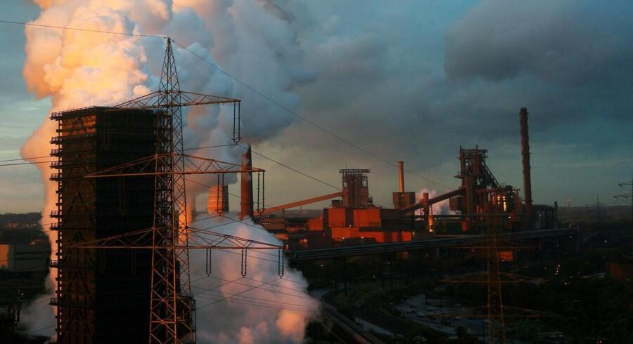 Røg rejser sig fra et stålværk fra det tyske selskab ThyssenKrupp AG i Bruckhausen, en forstad til Duisburg. Præsident Trumps straftold på stål og aluminum er på vej til at kaste verden ud i en global handelskrig. REUTERS/Ina Fassbender/Files/File Photo