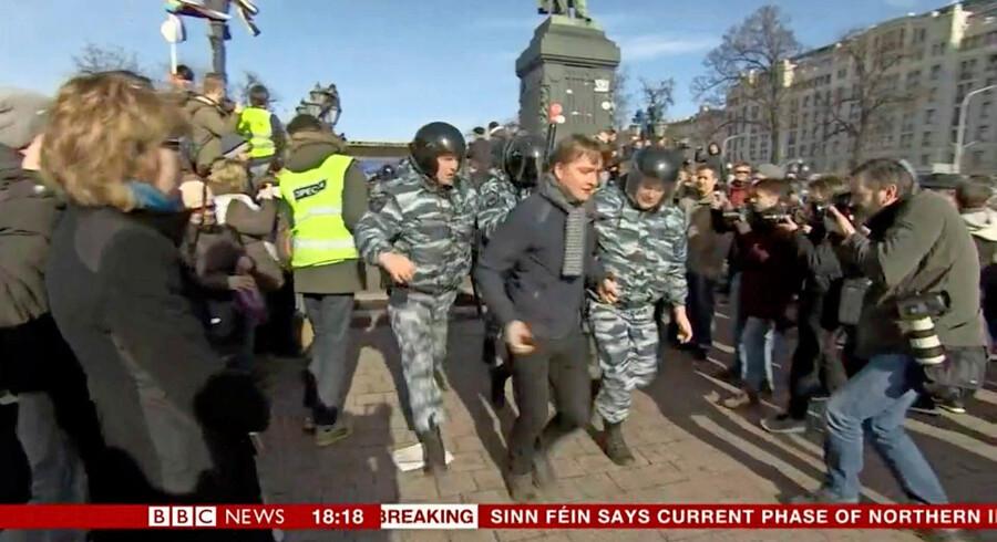 Berlingskes Simon Kruse blev kortvarigt tilbageholdt af russisk politi under en demonstration i marts 2017. Screendump: BBC.