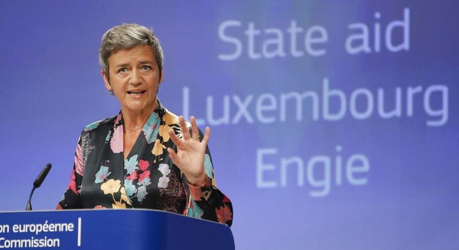 Margrethe Vestager i en situation, som mange kender – og adskillige frygter: På EU-Kommissionens podie for at uddele bøder eller stoppe ulovlig statsstøtte – samt afgøre fusioner og opkøb. Arkivfoto: Olivier Hoslet, EPA/Scanpix