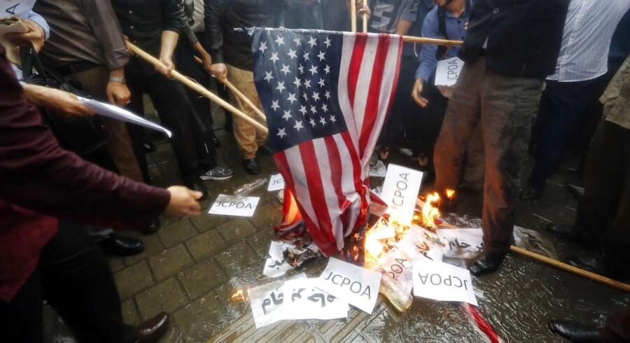 Iranere brænder flag af uden for den tidligere amerikanske ambassade i Teheran, Iran, 09 Maj 2018 efter at Trump besluttede at trække USA ud af atom-aftalen