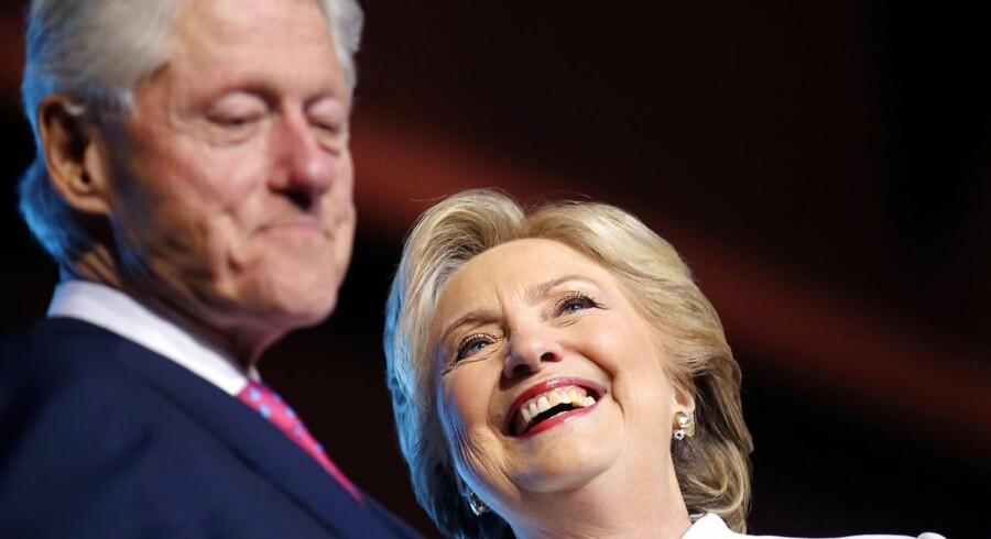 Mindre end en uge før det amerikanske valg har FBI frigivet 129-sider om Bill Clinton, der på sin sidste dag i Det Hvide Hus i 2001 benådede en eftersøgt. (Foto: CARLOS BARRIA/Scanpix 2016)
