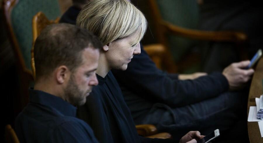 Ida Auken (R) med sin mobil i Folketingssalen.