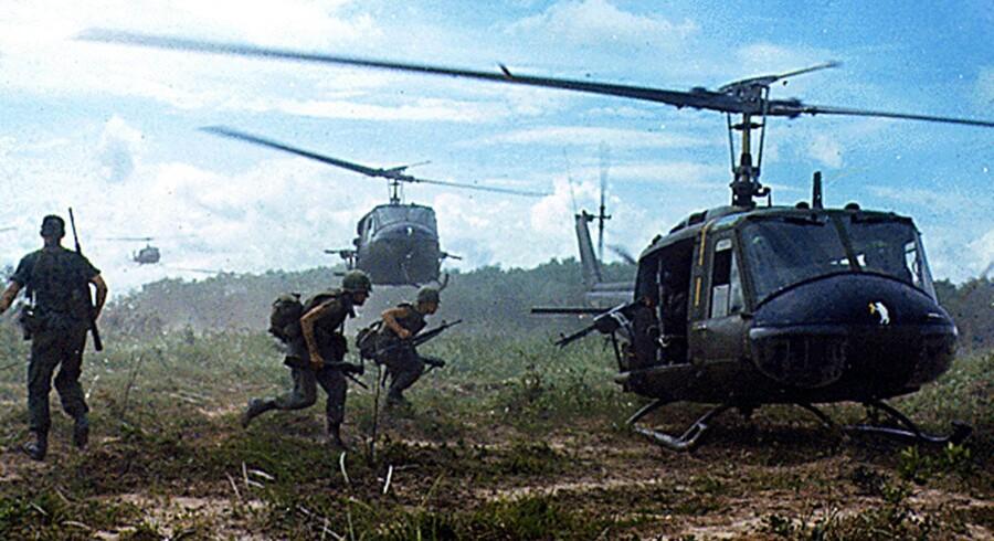 Helikoptere henter infanterisoldater ud fra en gummiplantage under en operation i løbet af Vietnamkrigen i 1966. Foto: National Archives/AFP