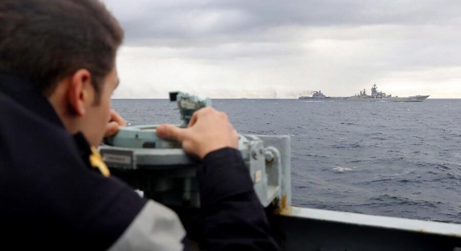 Russerne flytter rundt på deres krigsskibe i disse dage. Her ses et britisk krigsskib holde øje med det russiske hangarskib Admiral Kuznetsov på vej gennem Norskehavet med kurs mod Middelhavet, hvor skibet skal bidrage til de russiske angreb i Syrien. Samtidig er to korvetter sejlet den anden vej og ind i Østersøen. P EPA/PO(Phot) DEZ WADE / BRITISH MINISTRY OF DEFENCE / HANDOUT MANDATORY CREDIT CROWN COPYRIGHT HANDOUT EDITORIAL USE ONLY/NO SALES
