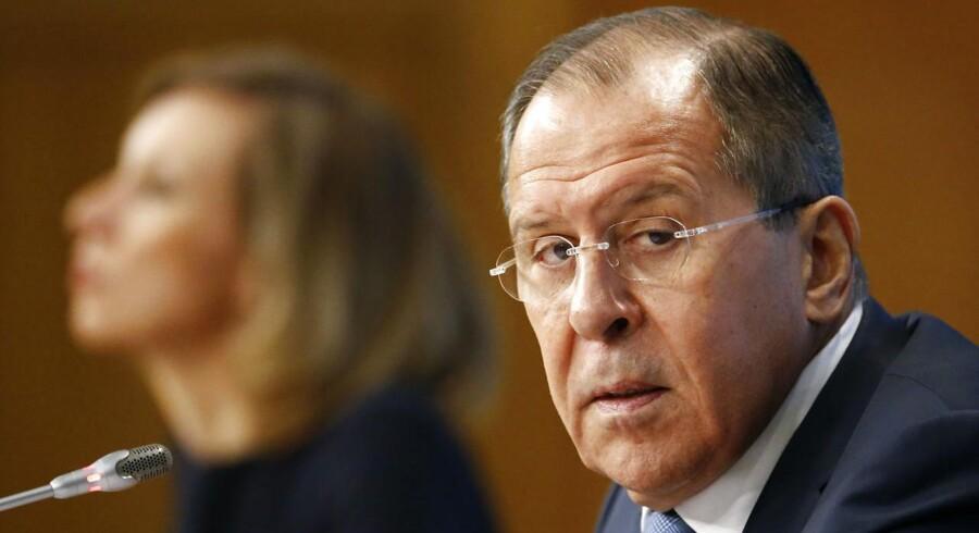 »Vi er nødt til at konstatere, at vi igen hører ikke-konstruktiv, uvenlig retorik i forhold til den angivelige russiske trussel fra danske embedsmænd. Desværre er det blevet en tradition og en vane, en dårlig vane,« siger det russiske udenrigsministeriums talsmand, Maria Sakharovader her ses ved siden af Ruslands udenrigsminister, Sergej Lavrov.
