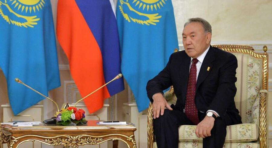 I dag skrives kasakhisk ligesom russisk med det kyrilliske alfabet. Men det skal være slut nu, mener landets 77-årige præsident, Nursultan Nazarbayev